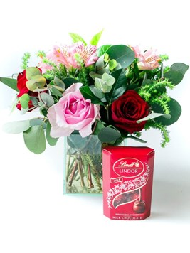 Arrangements: Romantic Rose Lindt Treat with 50g Lindt Lindor